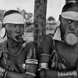 Salgado. Mursi y mujeres Surma. Pueblo Mursi de Dargui en el Parque Nacional Mago, cerca de Jinka. Etiopía. 2 © Sebastiao Salgado