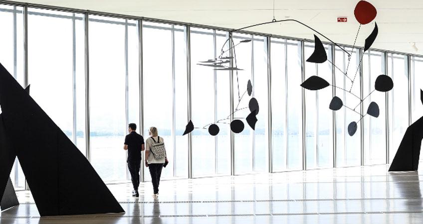 """Vista de la exposición """"Calder Stories"""" en el Centro Botín. Fotografía: Belén de Benito"""