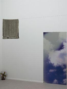 """Vista de sala de la exposición """"Hospicio de utopías fallidas"""" en el Museo Reina Sofía"""