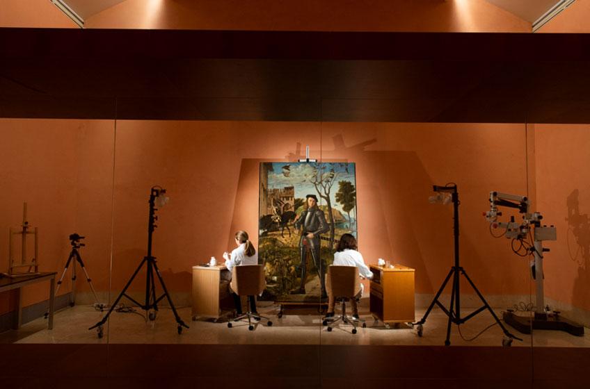 Restauración a la vista de los visitantes en la sala 11 de la colección permanente de Joven caballero en un paisaje, de Vittore Carpaccio. Museo Nacional Thyssen-Bornemisza, Fotografía: Hélène Desplechin