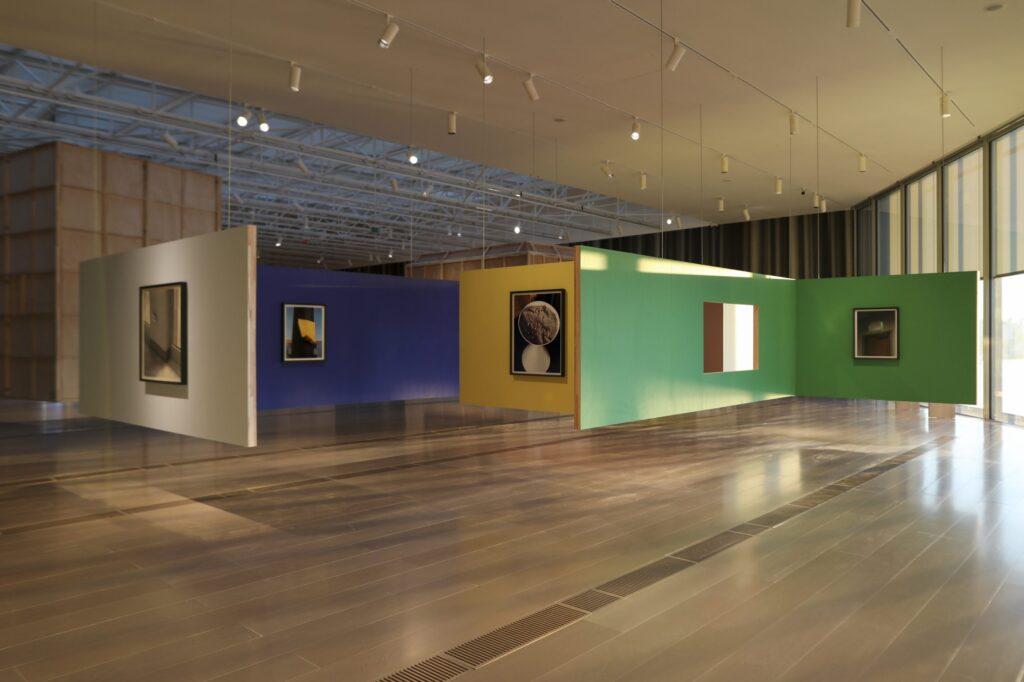 Vista de la exposición Thomas Demand: Mundo de papel en el Centro Botín
