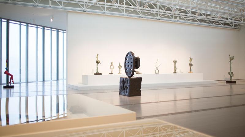 """Vista de sala de la exposición """"Joan Miró: Esculturas 1928-1982"""" en el Centro Botín"""