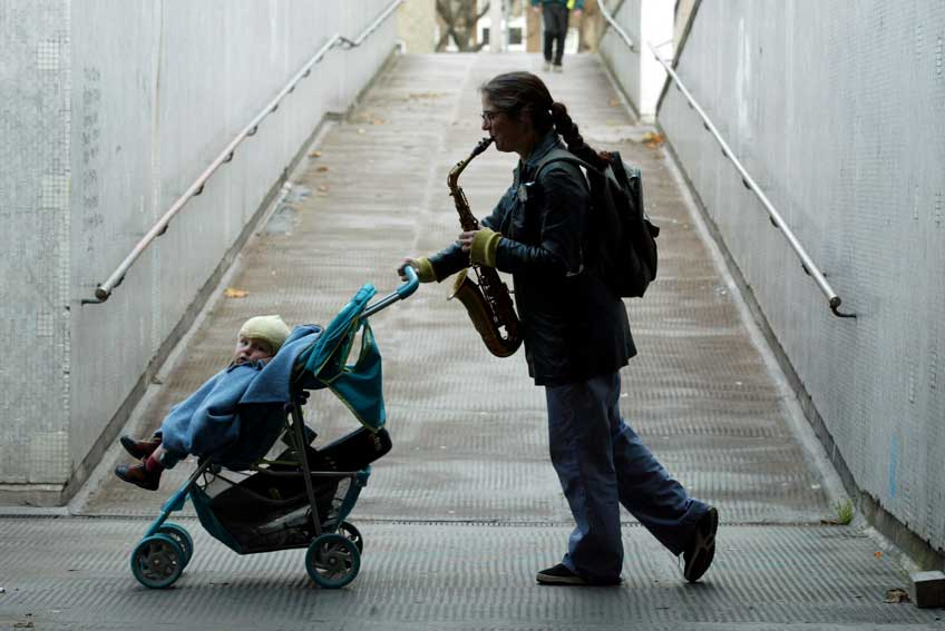 "Exposición Charivaria. Taking a life for a walk. Fotografía de Graham Turner. 2004. Retrato de Caroline Kraabel como parte de su proyecto ""Taking a life for a walk""."