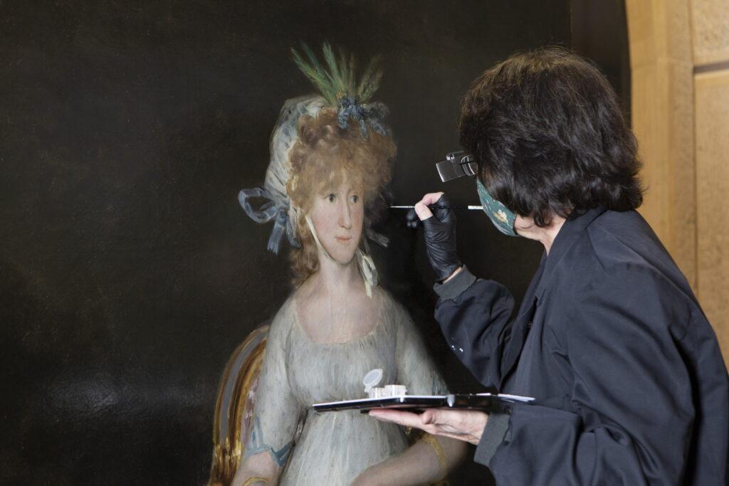 Elisa Mora trabajando en la restauración de La condesa de Chinchón de Goya. Foto © Museo Nacional del Prado