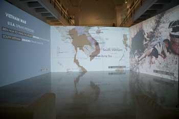 Cristina Lucas. El rayo que no cesa (2015-). Videoinstalación de tres canales. Sala Alcalá 31 de Madrid. La artista registra los bombardeos sobre civiles.