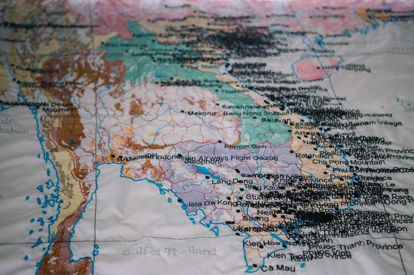 Cristina Lucas. Tapices, lienzos bordados con mapas. Tufting (2017). Foto: Guillermo Gumiel