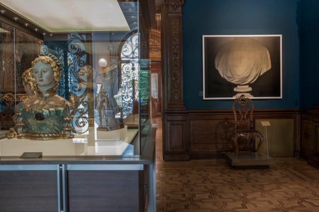 Vista de la sala 9 del Museo  Lázaro    Galdiano  con la  obra de Alain      Urrutia  Beheaded  Hans  IV,  2012 de la Colección DKV  © Tofiño