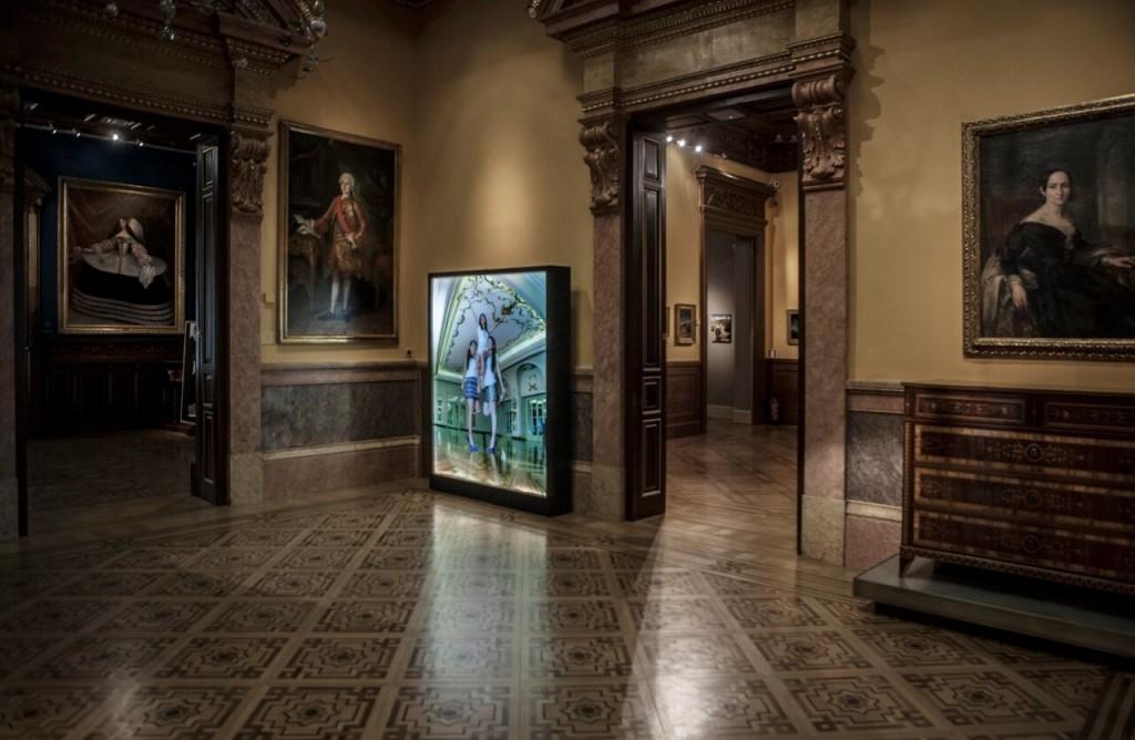 Vista  del  salón  de  baile  del  Museo Lázaro Galdiano con  la  obra  de  Cristina  Lucas  El  superbiencomún , 2013  Colección DKV  © Tofiño