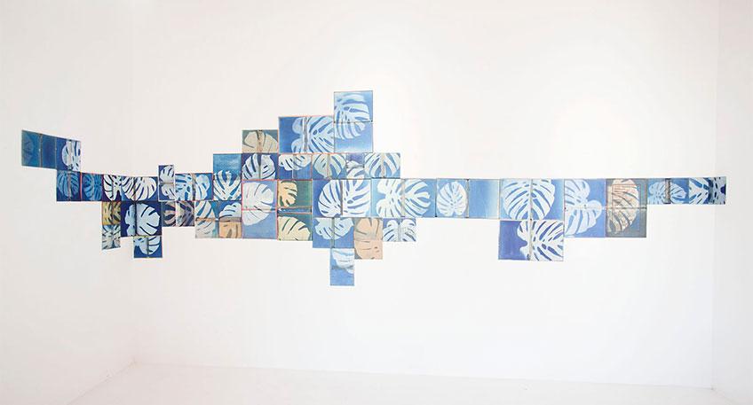 Clara Sánchez Sala. Dècoupes, 2019. Cianotipias sobre costura. Portadas de varios libros, medidas variables. Cortesía: ATM Galería + ADDAYA ART, Gijón, Asturias – Alaró, Mallorca