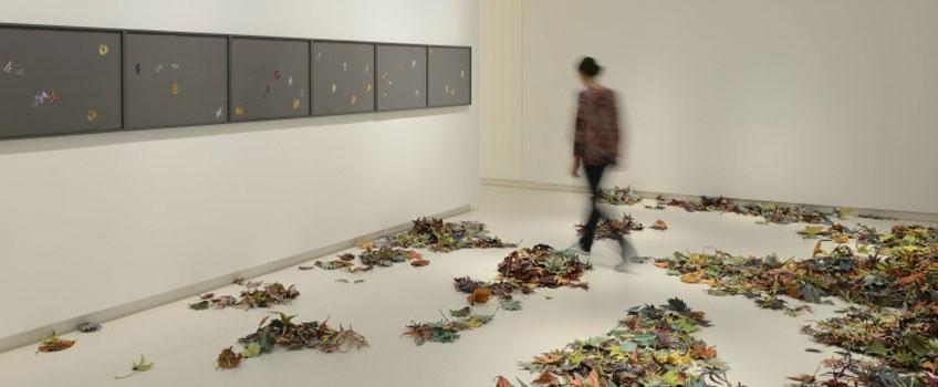 """Vista de la exposición de Pae White, """"Small World"""", en la Galería Elvira González"""