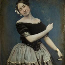 Anónimo. Bailarina española de la escuela bolera, con peineta y castañuelas, hacia 1850. Fototeca del Instituto del Patrimonio Cultural de España, Madrid