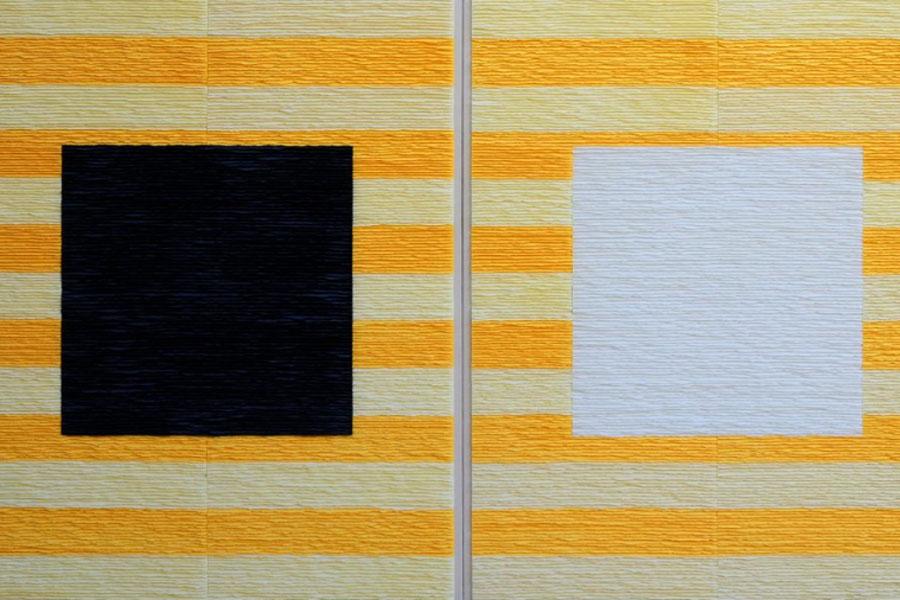 Fernando Daza. Cuadrados negro y blanco sobre fondo de rayas amarillo. Lola & Unicorn