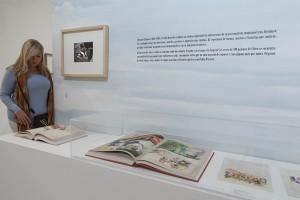 Una visitante contempla El libro de los sueños mostrado en la exposición  © Museo Picasso Málaga