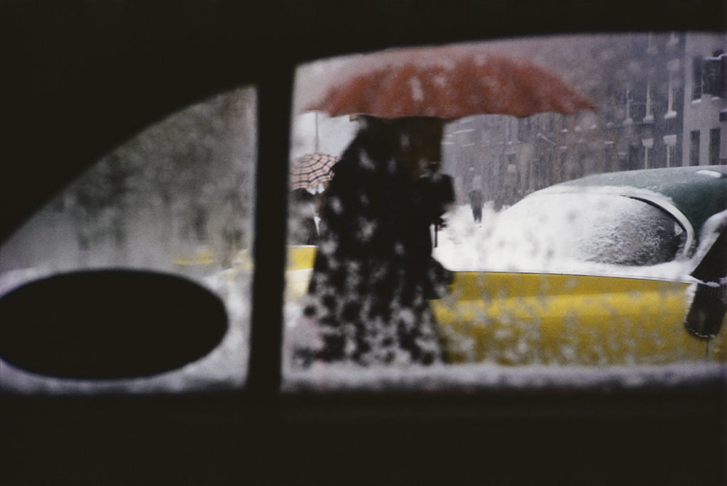 Saul Leiter. Red Umbrella, hacia 1955. © Saul Leiter Foundation, Cortesía de la Gallery FIFTY ONE