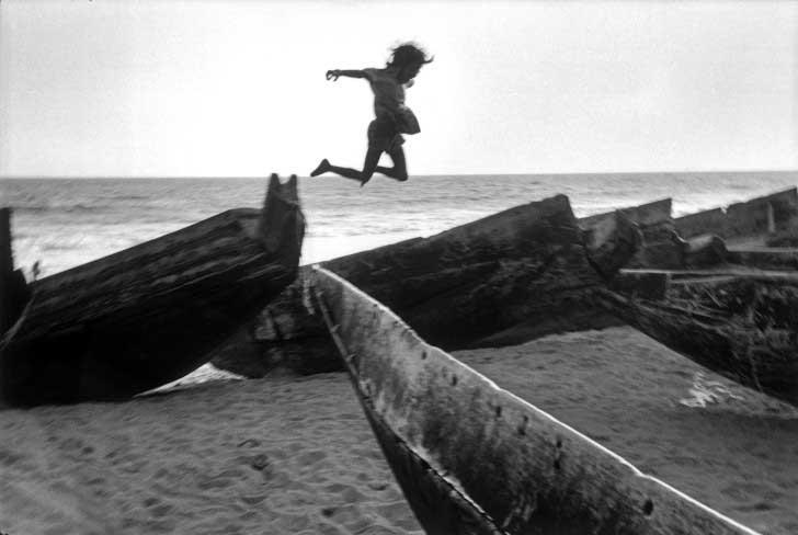Martine Franck. Plage, village de Puri, Inde, 1980 © Martine Franck / Magnum Photos