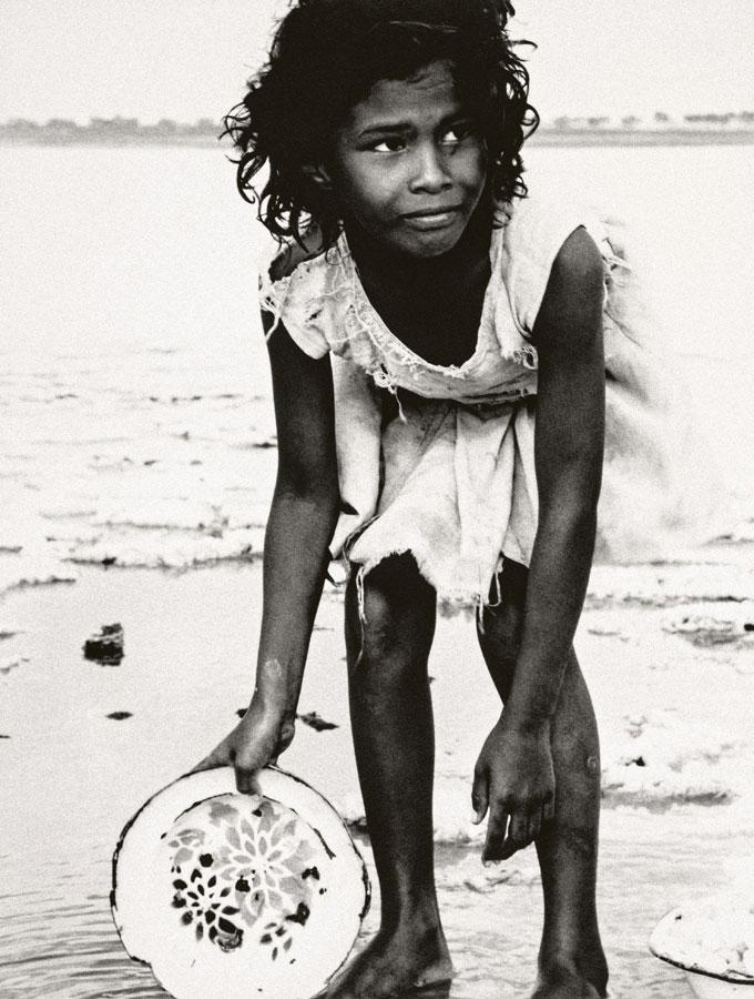 Paolo Gasparini. La niña de la salina, entre Pampatar y Punta Ballena, Isla de Margarita, Venezuela, 1958. Colecciones Fundación MAPFRE