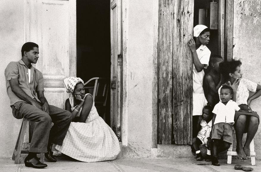 Paolo Gasparini. En la acera, Santiago de Cuba, 1964. Colecciones Fundación MAPFRE © Paolo Gasparini