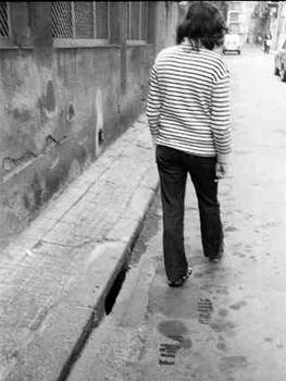 Fina Miralles. Petjades, acción realizada en Sabadell en enero de 1976, 1976. Cortesía Ajuntament de Sabadell, Museu d'Art de Sabadell