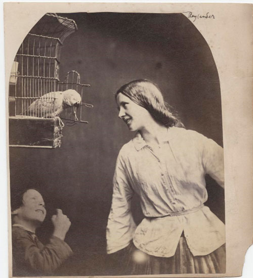 Oscar Rejlander. Enchanted by a Parrot (Mary Rejlander?), hacia 1860. Talbott Hillman Collection, Nueva York