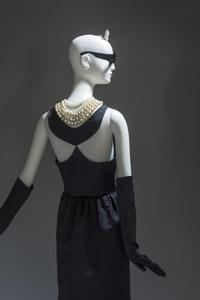 """Maison Givenchy. Vestido de noche recto en satén negro. Para """"Desayuno con diamantes"""", 1961"""