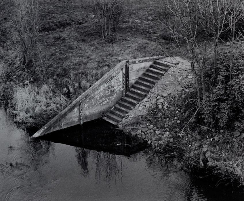 Joachim Richau. Escaleras junto al puente del río Oder, 1995. Serie La isla de Kietz cerca de Küstrin. Brandenburgisches Landesmuseum für Moderne Kunst Cottbus und Frankfurt. © Joachim Richau