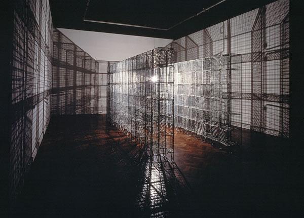 Mona Hatoum. Light Sentence. Instalación artística