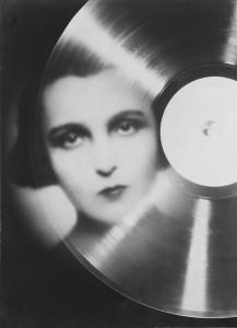 "François Kollar. Estudio publicitario para ""Magic Phono"", retrato de Marie Bell en fotomontaje, 1930"