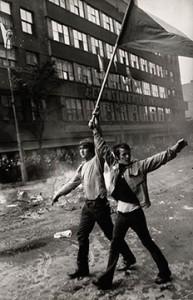 Josef Koudelka. Dos ciudadanos checos con una bandera,1968. © Josef Koudelka / Magnum Photos