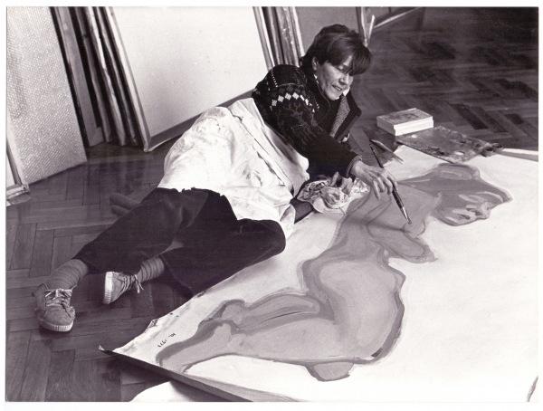 Maria Lassnig en su estudio de Viena, en 1982