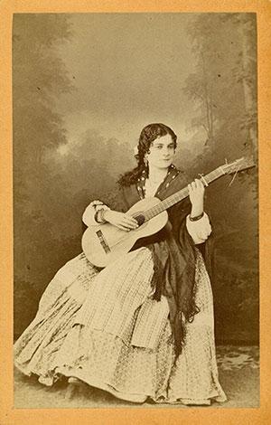 Luis Masson. Retrato de mujer con guitarra. Positivo en albúmina. Formato: Carte de visite. CFRivero