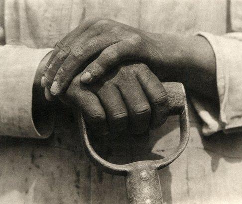 Tina Modotti. Manos descansando sobre una pala. 1926. ©Tina Modotti. Cortesía Throckmorton Fine Art