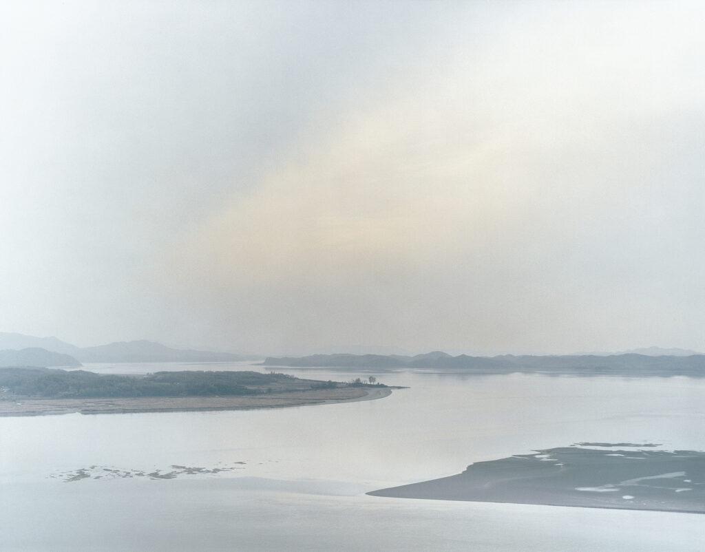 Tomoko Yoneda. Village—View of the Western front-line between North and South Korea, 2006. De la serie Escenario.