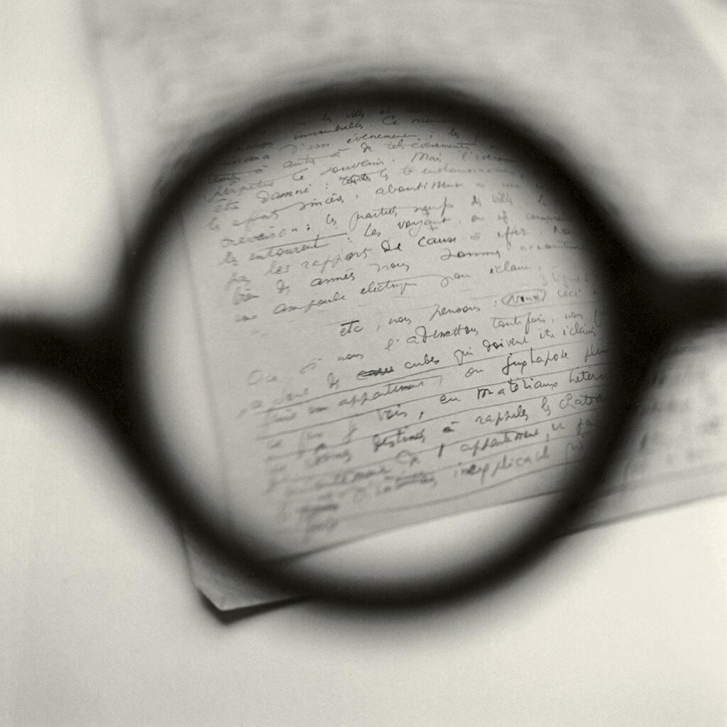 Tomoko Yoneda. Le Corbusier's Glasses—Viewing his Paris lecture notes, 'L'Habitation Moderne' , 2003. De la serie Entre lo visible y lo invisible