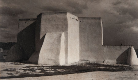 Paul Strand. Church, Ranchos de Taos, New Mexico, 1930. Philadelphia Museum of Art, Filadelfia. The Paul Strand Collection, adquirida con el Fondo Annenberg para Grandes Adquisiciones , 2013-76-109 © Aperture Foundation Inc., Paul Strand Archive