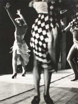 Oriol Maspons, Mujeres bailando (París), c. 1956. Museu Nacional d'Art de Catalunya, depósito del artista, 2011. © Arxiu fotogràfic Oriol Maspons, VEGAP, Barcelona, 2019