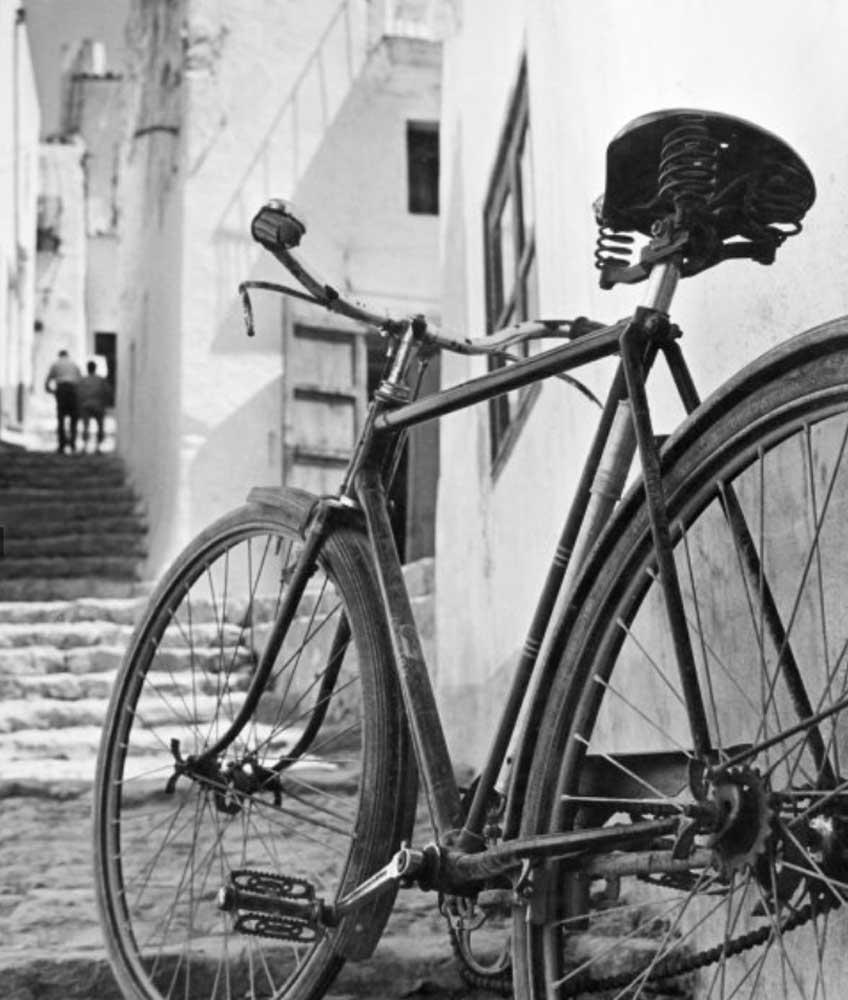 Oriol Maspons. Bicicleta (Ibiza), hacia 1954. Museu Nacional d'Art de Catalunya, depósito del artista, 2011. © Arxiu fotogràfic Oriol Maspons, VEGAP, Barcelona, 2019