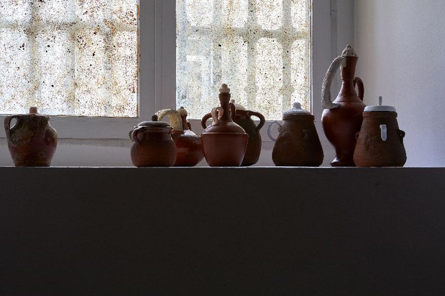 """Vista de sala de la exposición """"lindalocoaviejabruja"""", de Sara Ramo. Museo Reina Sofía"""