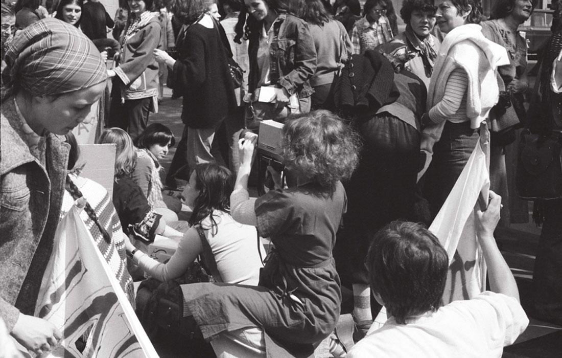 """Catherine Bernheim. Delphine Seyrig empuñando una cámara durante el rodaje de """"Où est-ce qu´on se mai?"""", 1976. Cortesía de Catherine Bernheim"""