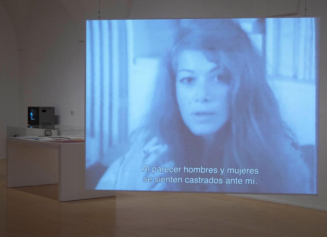 """Vista de sala de la exposición """"Delphine Seyrig y los colectivos de vídeo feminista en Francia en los 70 y 80"""". Museo Reina Sofía"""