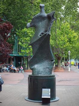 Henry Moore. Gran figura de pie: filo de cuchillo, 1976