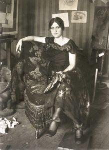 Émile Delétang Retrato de Olga Khokhlova con abanico sentada en un sillón en el taller de Montrouge , 1918. Musée national Picasso-Paris. Donación de Succession Picasso, 1992 © Galerie Leiris © Sucesión Pablo Picasso, VEGAP, Madrid, 2019