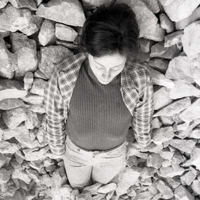 Fina Miralles. Relació del cos amb elements naturals. El cos cobert de pedres, 1974