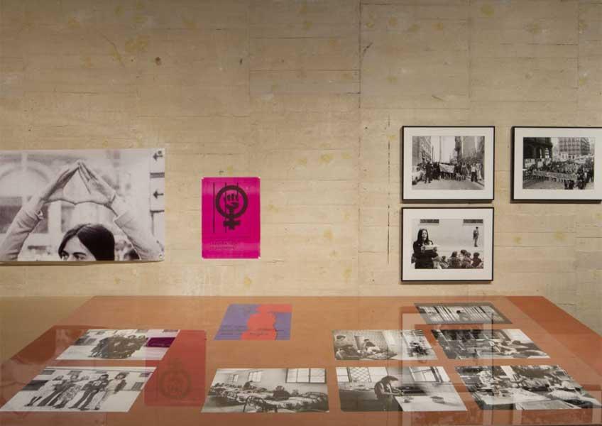 """Vista de la exposición """"Dar la oreja, hacer aparecer: cuerpo, acción y feminismos (1966-1979)"""" en el MUSAC"""