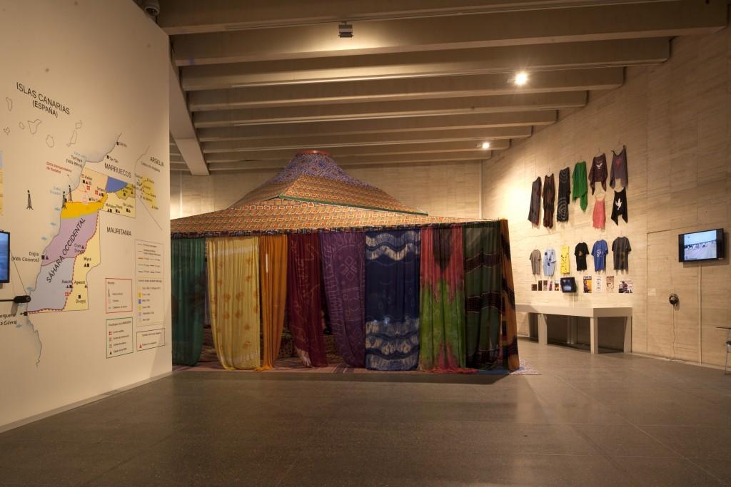 """Vista de la exposición """"Provincia 53. Arte, territorio y descolonización del Sáhara"""" en el MUSAC"""