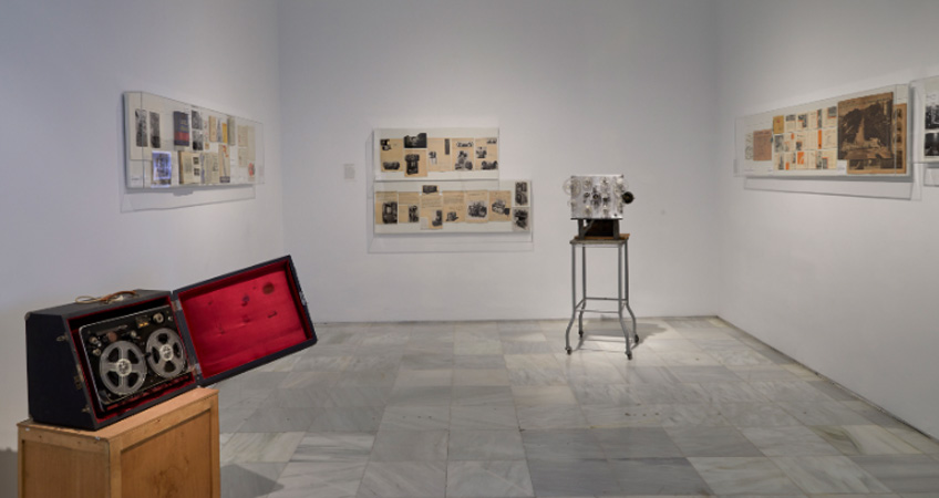 """Vista de la exposición """"Auto Sacramental Invisible. Una representación sonora a partir de Val del Omar"""". Museo Reina Sofía"""
