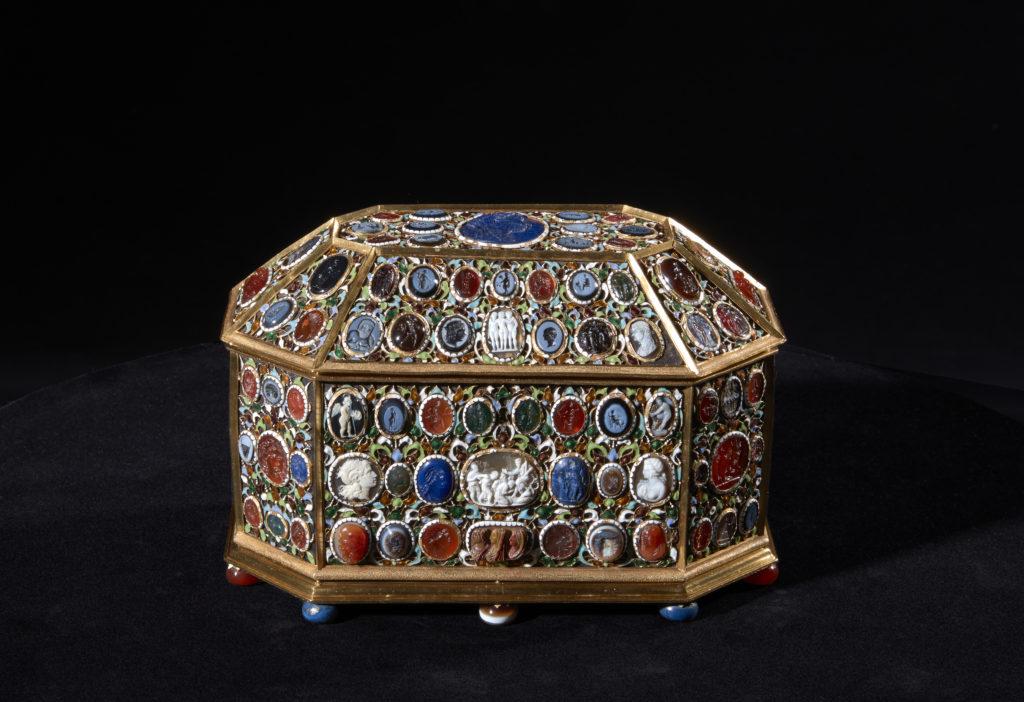 Círculo de Pierre Delabarre. Cofre ochavado recubierto de oro esmaltado con entalles y camafeos, 1630-1670. Museo Nacional del Prado