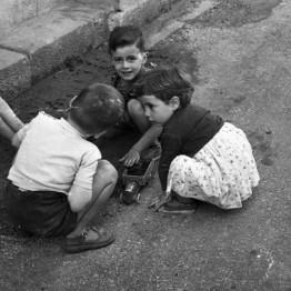 Piedad Isla. Niños jugando, 1956 © Fundación Piedad Isla & Juan Torres