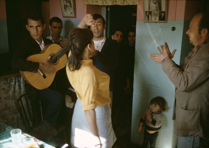 Joel Meyerowitz. Anna, Pedro, Jaime, Malaga, Spain, 1966 © Joel Meyerowitz