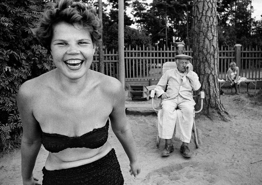 William Klein. Bikini, Moscova river's beach, Moscow 1959 © William Klein, VEGAP, Madrid, 2019