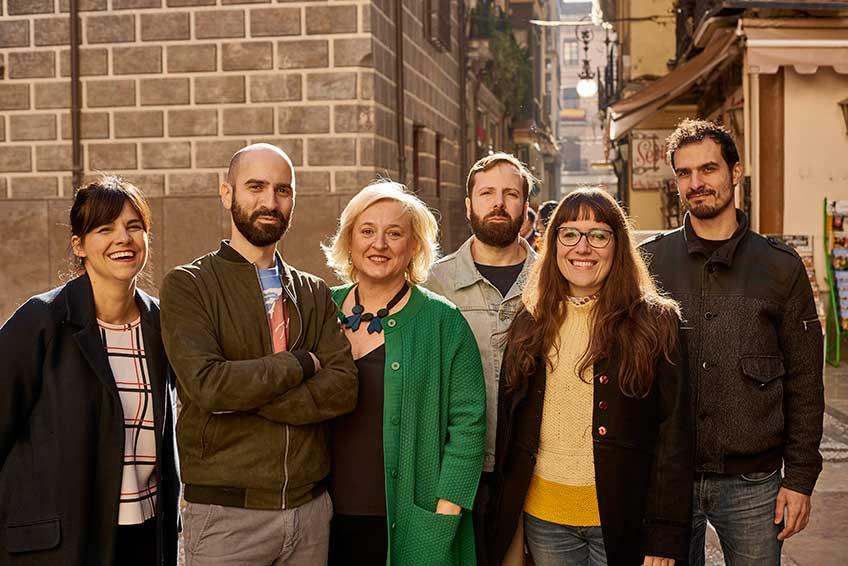 Los artistas seleccionados en el II Premio Cervezas Alhambra de Arte Emergente ARCO: Gloria Martín, Guillermo Mora, Carlos Monleón, Kiko Pérez y Marta Férnández, junto a la comisaria Alicia Ventura